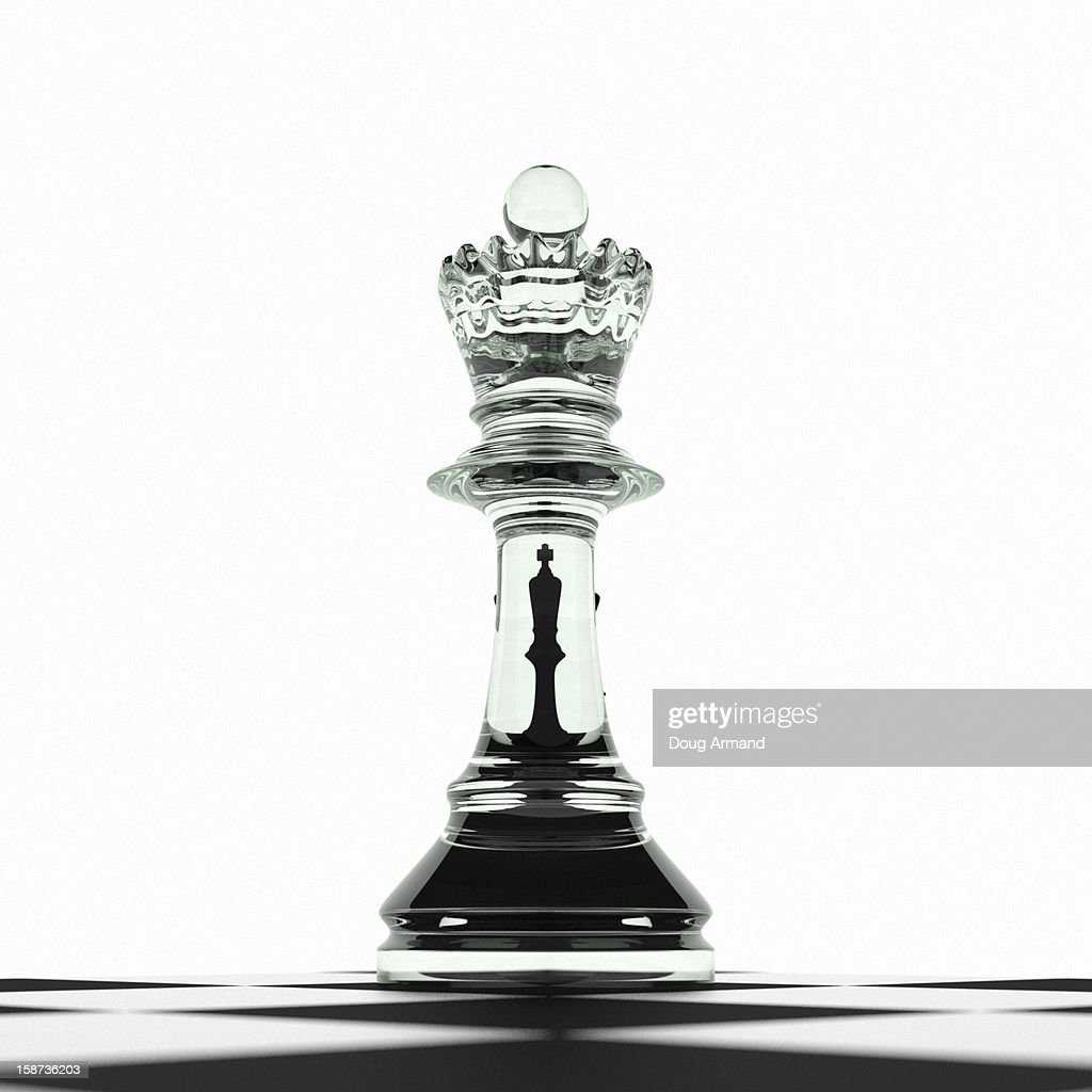 King challenged by queen on chess board : Stock Illustration