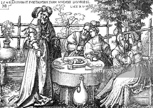 Mensen aan de tuin tafel buiten zitten, eten