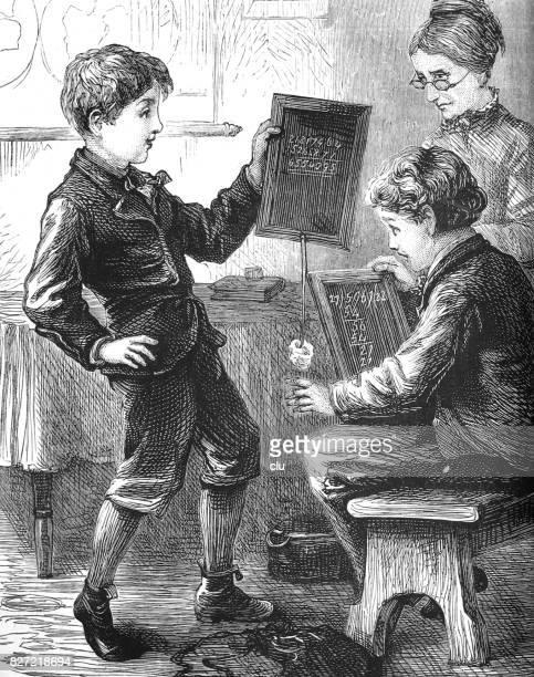 Leraar en twee jongens op school rekenen met leisteen
