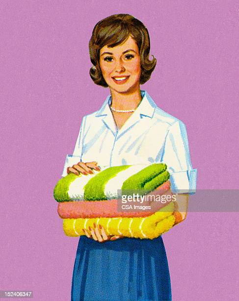 Femme tenant des serviettes pliées