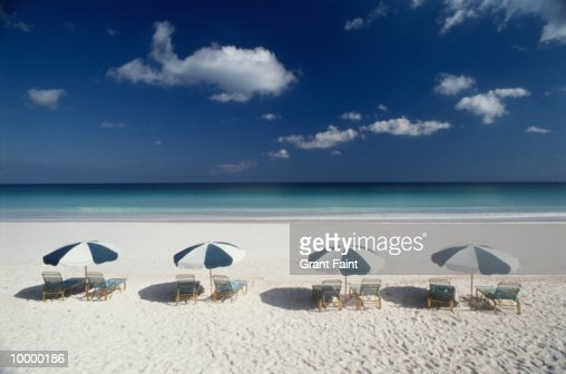UMBRELLA & CHAIRS ON BEACH IN THE BAHAMAS : Stock-Foto