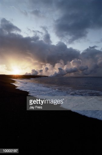 OCEAN TIDE ON BLACK SAND & LAVA FIELD IN HAWAII : Stock-Foto