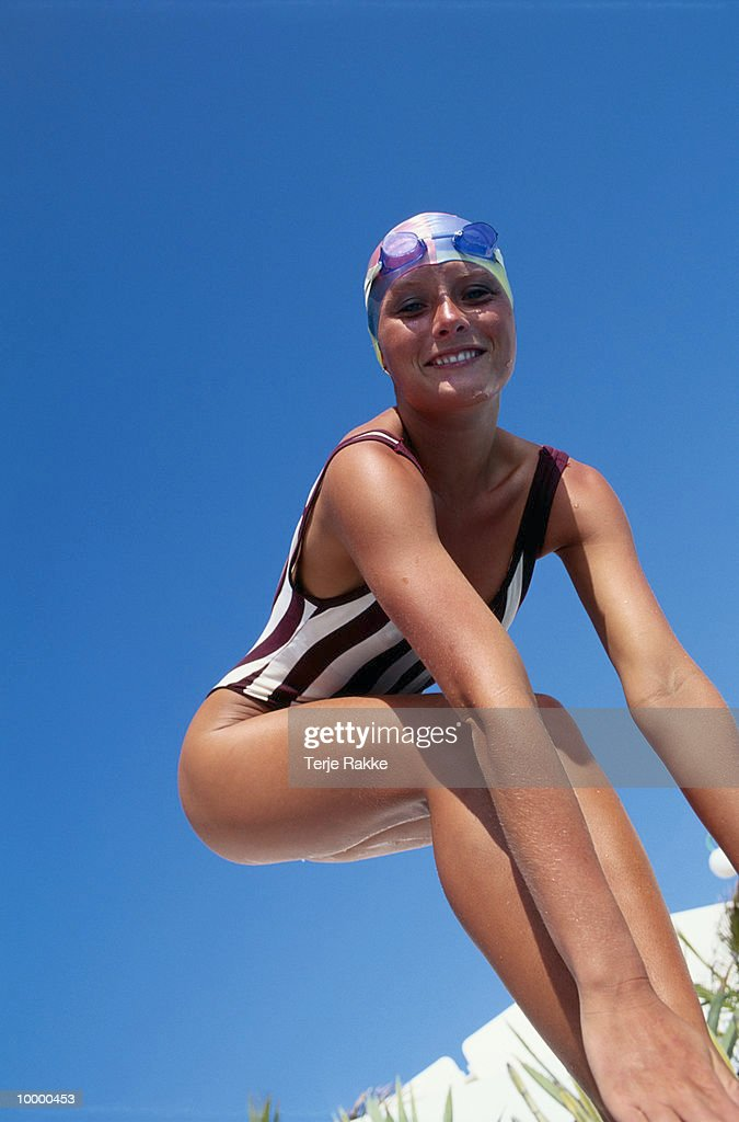FEMALE SWIMMER IN STARTING POSITION : Stockfoto