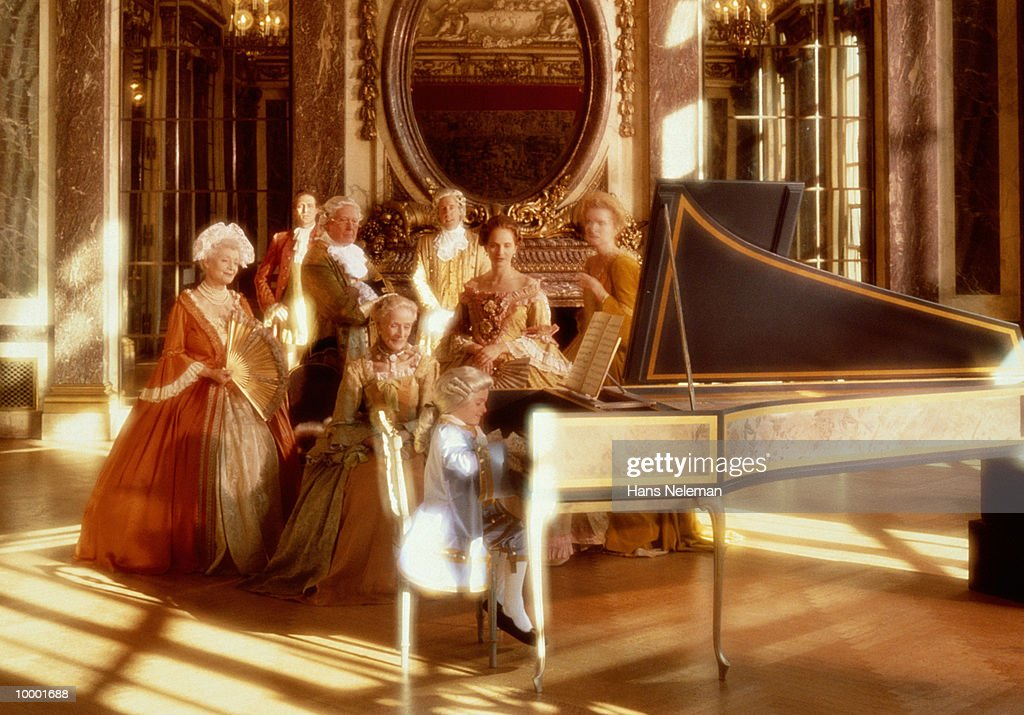 AMADEUS AT PIANO WITH ADMIRING ADULTS : Foto de stock