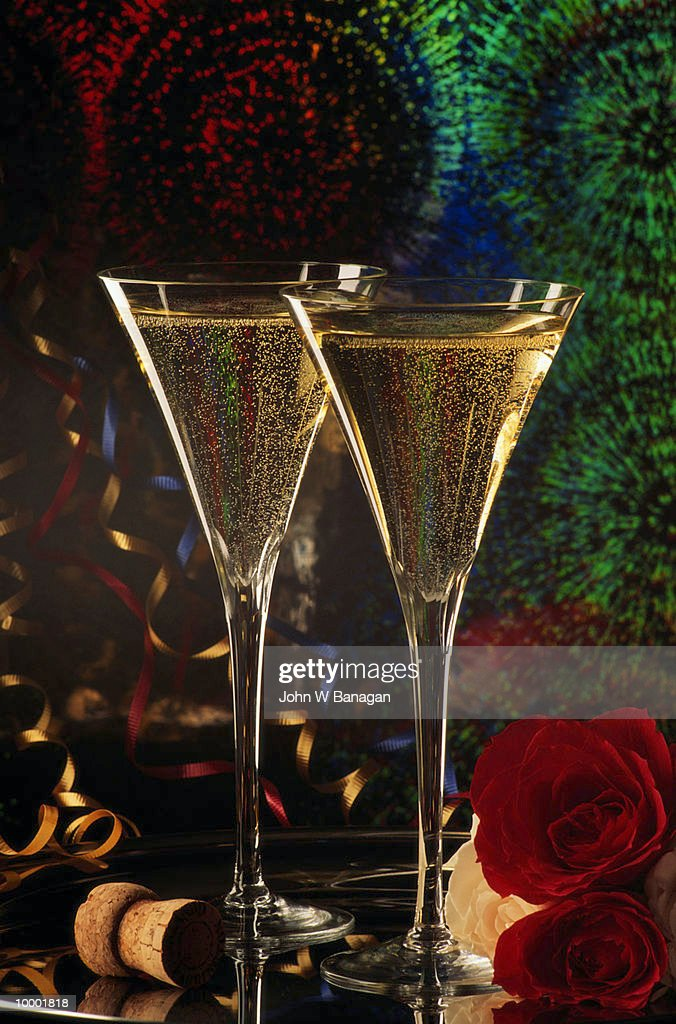 CHAMPAGNE GLASSES WITH STREAMERS & ROSES : Stock Photo