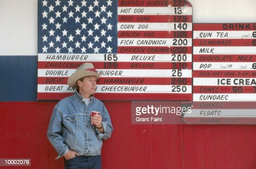 MAN IN HAT BY UNITED STATES FLAG MENU IN NORTH DAKOTA : Stock-Foto