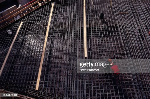 CONSTRUCTION WORKERS ON STEEL REBAR GRID : Stock-Foto