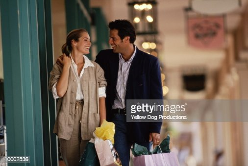 COUPLE WITH SHOPPING BAGS : Stock-Foto