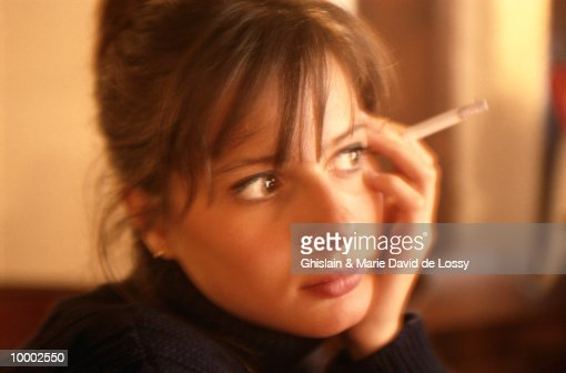 WOMAN HOLDING CIGARETTE : Stockfoto