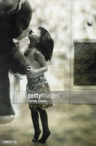 ASIAN GIRL KISSING BIG STUFFED BEAR IN BLACK AND WHITE : Stock-Foto