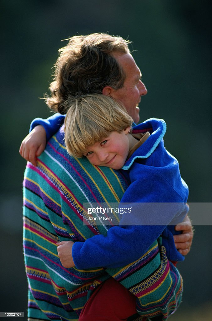 DAD HOLDING SON OUTDOORS : ストックフォト