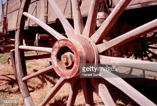 WOOD WAGON WHEEL IN ARIZONA : Stock Photo