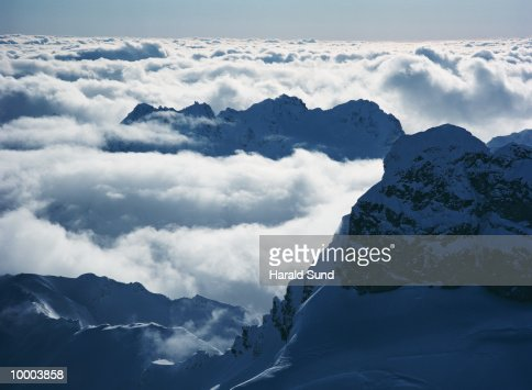 AERIAL OF CLOUDS & CASCADE MOUNTAINS IN WASHINGTON : Stock-Foto
