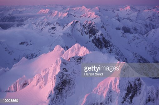 ALPENGLOW IN THE CASCADE MOUNTAINS IN WASHINGTON : Stock Photo