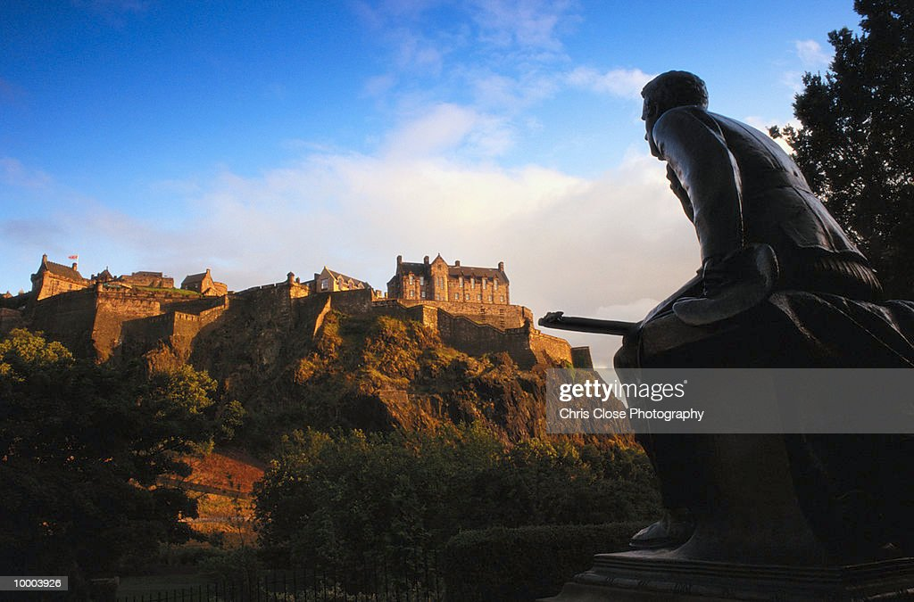 EDINBURGH CASTLE AND WAR MEMORIAL IN SCOTLAND : Foto de stock