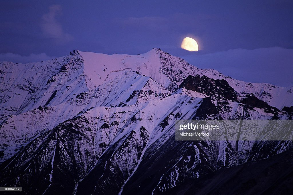 MOUNT PEAKS & MOON AT DENALI NATIONAL PARK IN ALASKA : Stockfoto
