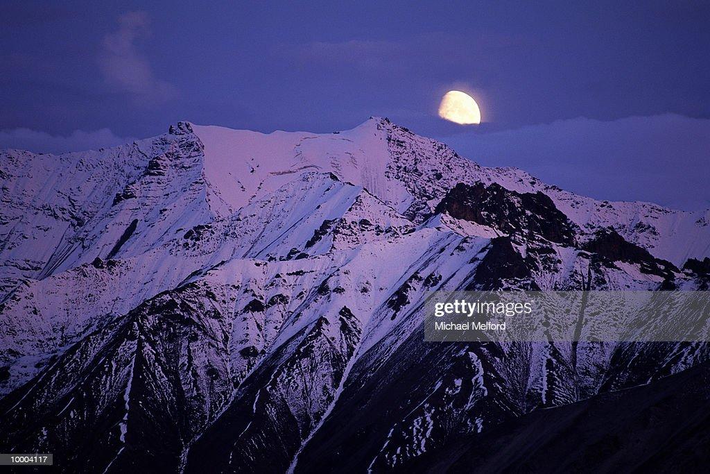 MOUNT PEAKS & MOON AT DENALI NATIONAL PARK IN ALASKA : ストックフォト