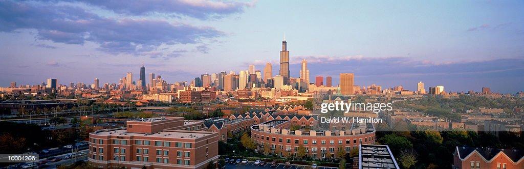 CITY SKYLINE IN CHICAGO, ILLINOIS : Stock Photo