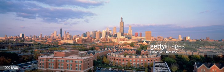CITY SKYLINE IN CHICAGO, ILLINOIS : Stock Photo