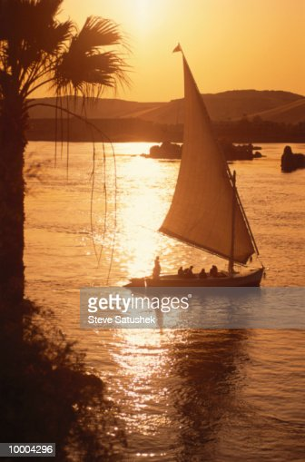 FELUCCAS AT SUNSET ON THE NILE RIVER IN ASWAN, EGYPT : Stock-Foto