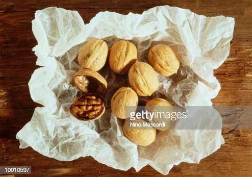 WALNUTS ON WHITE CRUMPLED PAPER : Stock-Foto