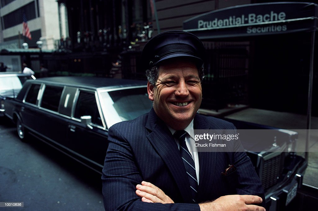 DRIVER BY LIMOUSINE & BUILDING IN NEW YORK CITY : Stock-Foto