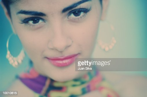 CLOSE-UP OF A FASHIONABLE LATIN WOMAN : Stock Photo