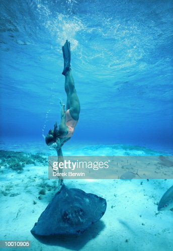 FEMALE SNORKELER WITH STINGRAY IN THE CAYMAN ISLANDS : Stock-Foto