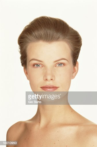PORTRAIT OF A BARE SHOULDERED WOMAN : Foto de stock
