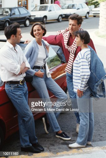 COUPLES TALKING BY CAR : Stock-Foto