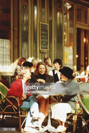 WOMEN ENJOYING DRINKS AT OUTDOOR CAFE : Stock-Foto