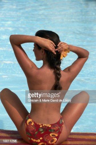 BACK VIEW OF A WOMAN IN BIKINI BOTTOM : Foto de stock