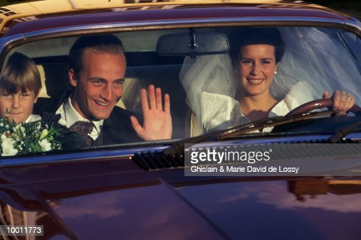 BRIDE & GROOM WITH BOY INSIDE CAR : Stock-Foto