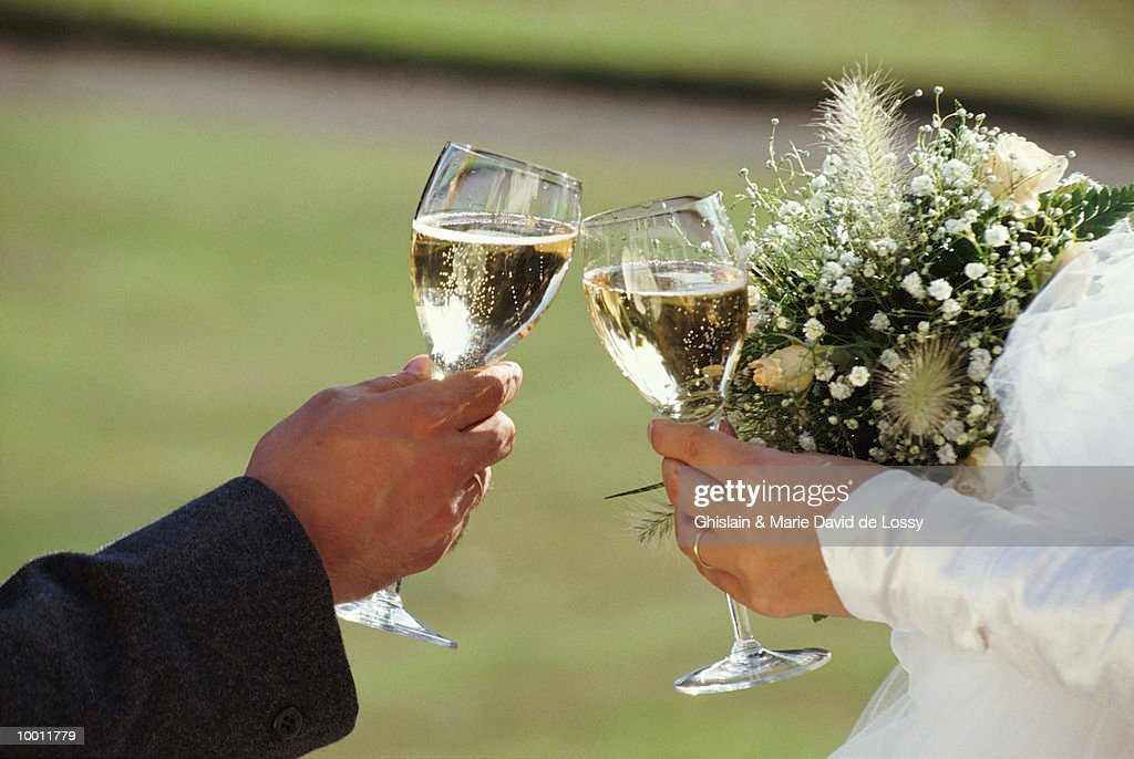 BRIDE & GROOM TOASTING WITH CHAMPAGNE : Stock-Foto