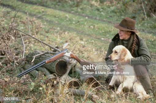 FEMALE HUNTER WITH DOG & BROWNING SHOTGUN : Stock Photo