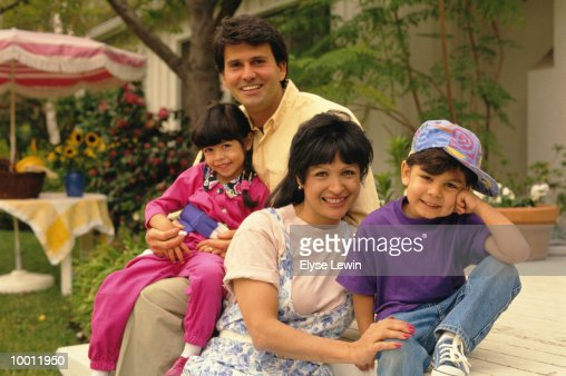 PORTRAIT OF A HISPANIC FAMILY ON BACK PORCH : Stock-Foto