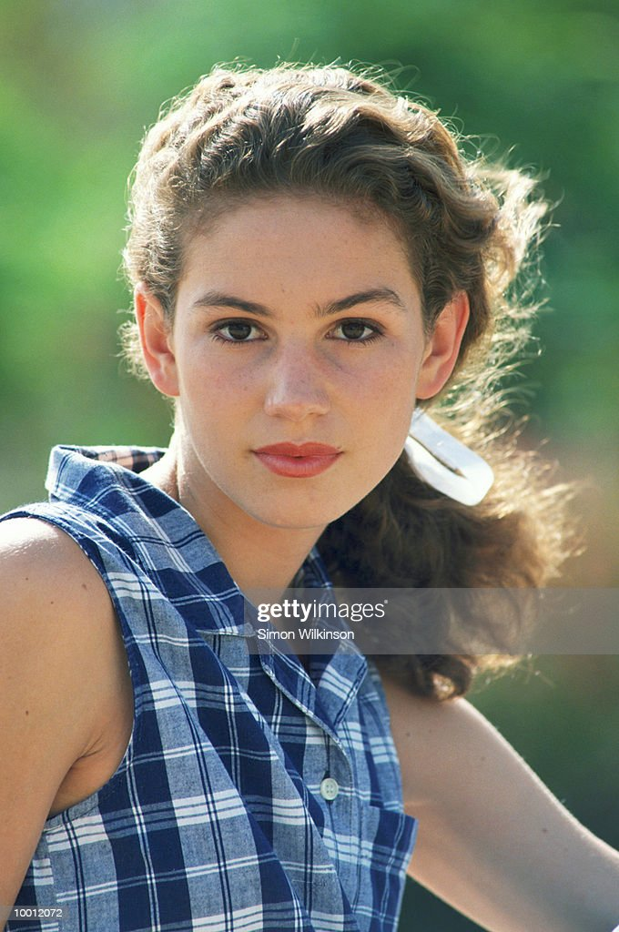 TEENAGE GIRL WITH HAIR PULLED BACK OUTDOORS : Stock-Foto