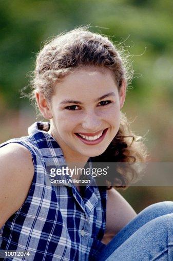 SMILING TEENAGE GIRL OUTDOORS : Stock-Foto