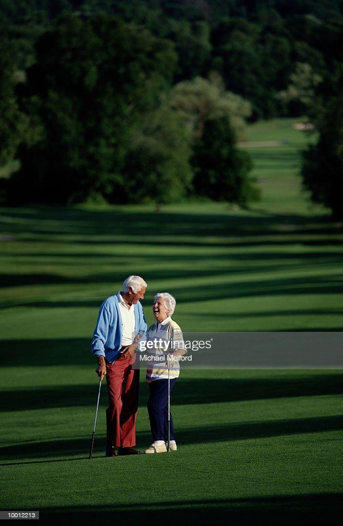 MATURE COUPLE ON GOLF COURSE : Foto de stock
