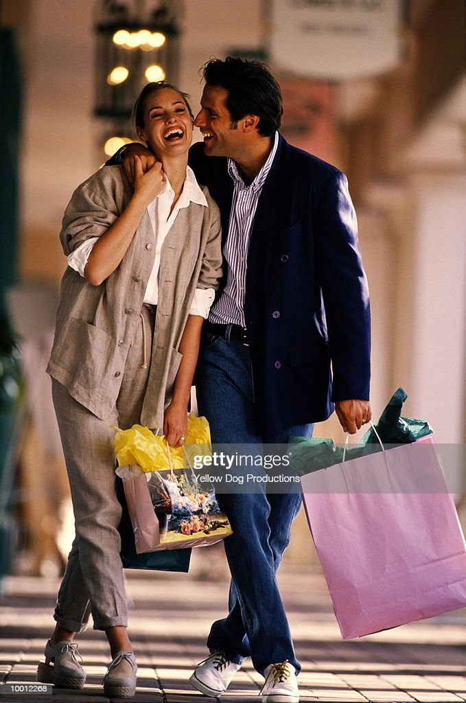 COUPLE WITH SHOPPING BAGS IN MALL : Foto de stock