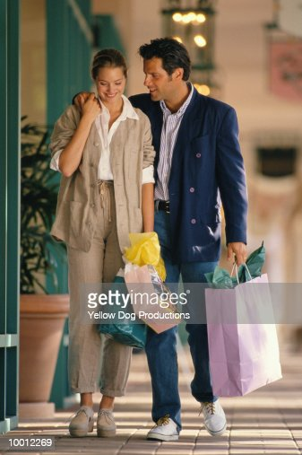 COUPLE WITH SHOPPING BAGS IN MALL : Stock-Foto