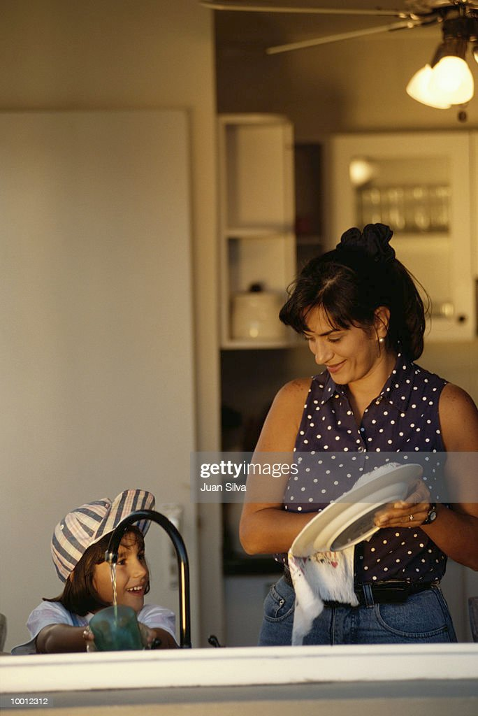 MOTHER & DAUGHTER WASHING DISHES : Stock-Foto