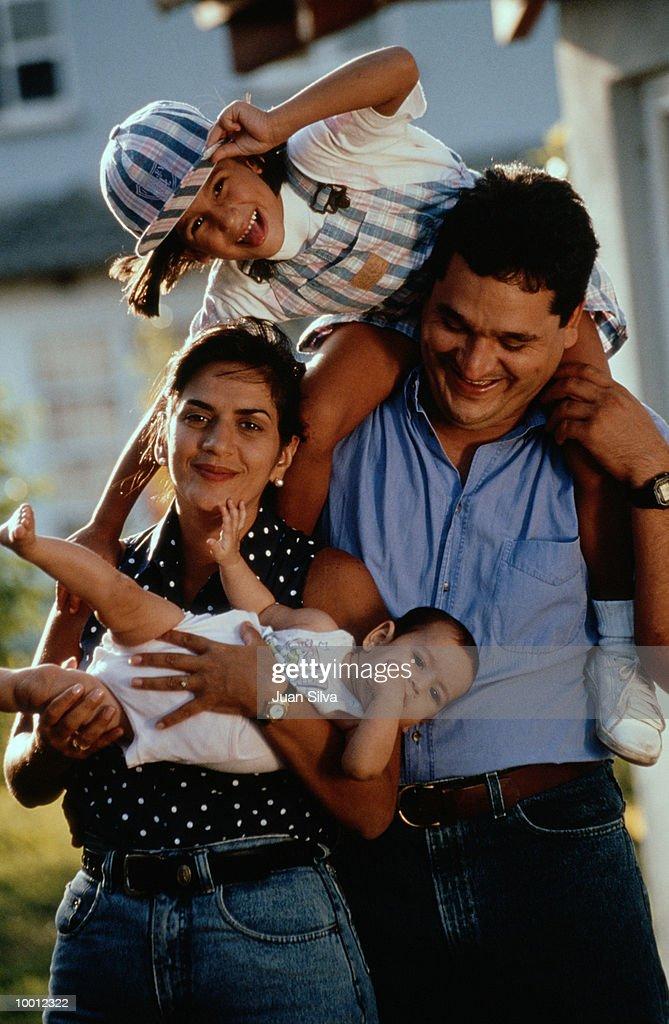 FUN FAMILY PORTRAIT OUTDOORS : Foto de stock