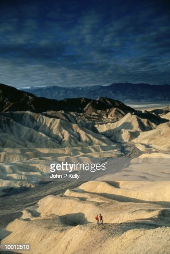 OVERVIEW OF A COUPLE ON RIDGE AT DEATH VALLEY : Stock-Foto