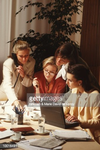 BUSINESSWOMEN WORKING AT CONFERENCE TABLE : Stockfoto