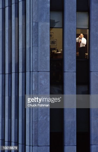 EXECUTIVE WORKING LATE IN OFFICE IN NEW YORK CITY : Stockfoto