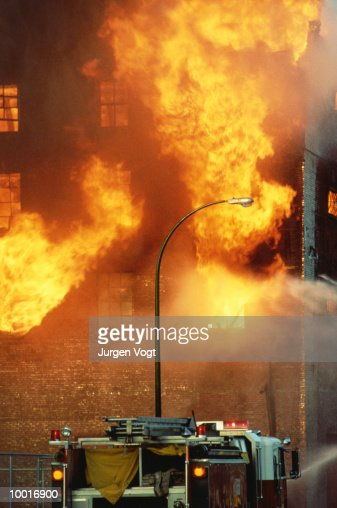 FIRE TRUCK BY BURNING BUILDING IN VANCOUVER, BRITISH COLUMBIA : Stockfoto