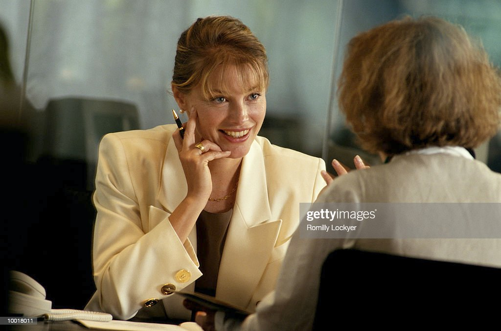 BUSINESSWOMEN TALKING : Stock Photo