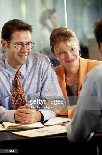 COUPLE MEETING WITH ADVISOR : Stockfoto