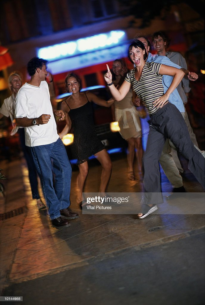 GROUP OF FRIENDS IN STREET DANCING : Stock Photo